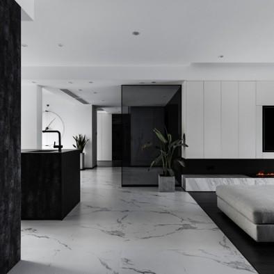 温暖地闯入:壁炉装点黑白质感空间