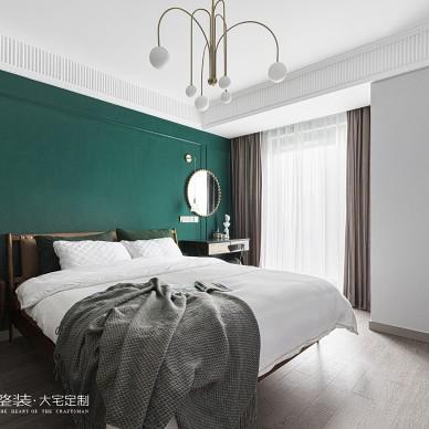 墨绿色背景墙卧室