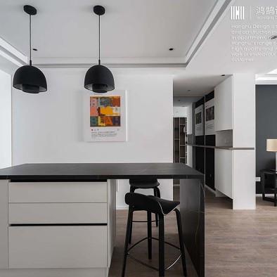 巧用墙体纵深,打造强大收纳功能的黑白空间